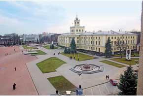 Центральная улица города, как и площадь в столице Украины, носит название Майдан Независимости.