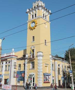 В здании бывшей пожарной башни теперь находится кинотеатр «Планета».