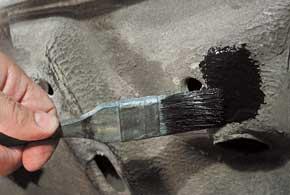 В некоторых фирменных ремкомплектах есть мини-щетки для очистки места скола откоррозии.