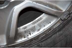 Из-за соли на дорогах ржавеют фирменные легкосплавные диски (на фото) ирадиаторная решетка (облезает хромированное покрытие).