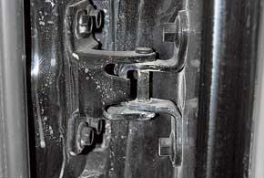 Если «запаска» висит на задней двери, современем из-за большого веса ее петли проседают и дверь плохо закрывается. Необходима замена петель.