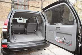5-дверные версии Prado бывают 5- и 8-местными. Вбагажниках последних установлены два подвесных кресла, рассчитанных на троих человек. С разложенным третьим рядом грузовой отсек очень мал– всего 192 л.