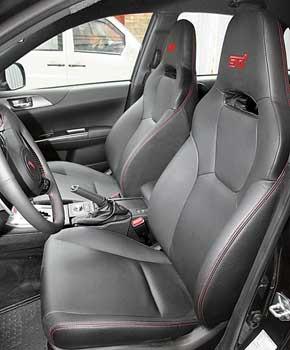 Духу машины больше соответствуют вот такие сиденья Recaro. Они жестче и установлены ниже. Обычные передние кресла мягче, просторнее и выбираться из них легче. Кним обоим предлагаются электрорегулировки и подогрев.