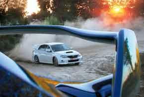Длинный шлейф пыли, поднятый идущими веером Subaru в связке поворотов грунтовой дороги, в лучах заходящего солнца становится багровым...