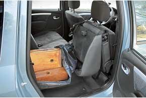 От настоящего грузовика-фургона вместительный Renault Logan MCV отличается маркой обивкой – ее пришлось защищать полиэтиленовой пленкой.