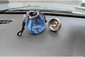 Съемный заправочный штуцер нужно плотно паковать в «кисет» – иначе он может принести с собой всалон запах газа.