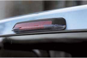 Для подсветки грузового кузова уVolkswagen Amarok внижней части дополнительного стоп-сигнала предусмотрена лампа.