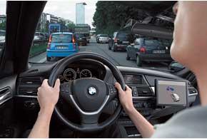 В крутых поворотах или при отсутствии разметки помощник рекомендует водителю взять управление на себя и автоматически выключается.