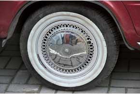 Некоторые компании делают флипперы (отдельные вставки) – вайтволлы, которые зажимаются колесным диском и прикрывают черную боковину (на фото)