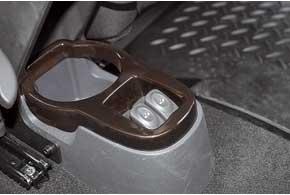 Чтобы сзади открыть окошко, придется наклоняться – кнопки внизу.