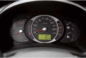 Информация с замысловатого приборного щитка читается неплохо.  Центральная консоль развернута к водителю, что облегчает управление «климатом» и«музыкой».