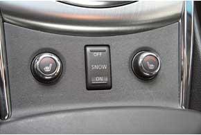Клавиши двухступенчатого подогрева передних сидений в новых машинах сменились вращающимися ручками пятиступенчатых «грелок». Клавиша включения зимнего режима АКП на прежнем месте.