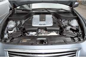 Если ранее базовый мотор пугал кого-то своим литражом в 3,5 литра иальтернативы ему небыло, то теперь линейка двигателей седана G-класса начинается вот стакого  2,5-литрового агрегата  мощностью в222л.с.