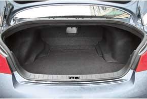 Багажник по-прежнему нельзя увеличить. Есть только лючок в салон для длинных, но не очень объемных вещей – например, спортинвентаря.