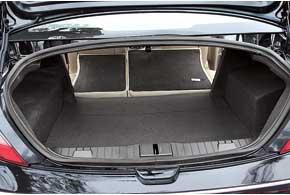 Багажное отделение правильной прямоугольной формы удобное. Погрузочный проем не очень большой.