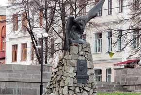 Памятник героюВОВ И.М.Яковенко расположен всквере на площади Революции.