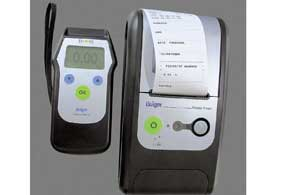 Алкотестер Drager способен проводить как активный замер (продувка через одноразовый мундштук), так и пассивный (анализ состава воздуха в помещении, салоне авто).