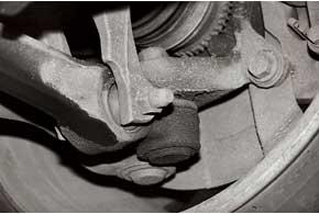 Слабое место передней подвески – шаровые опоры нижних рычагов. В среднем они служат 70–80 тыс. км.