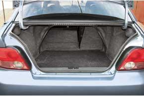 Багажник Galant объемом 470 л средний по сравнению с«одноклассниками». Претензии к его эргономике– узкиепогрузочный проем и проем доступа в салон присложенном заднем диване.