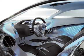 Чтобы удобно разместиться в салоне, водитель подгоняет несиденье, а руль, приборную панель и педали.