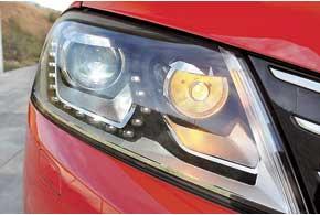 Система поворотных линз и специальных шторок адаптивного света позаботится о режимах освещения в различных условиях.