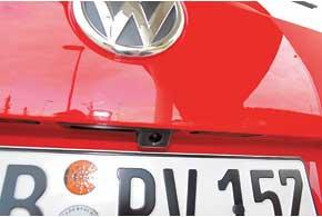 Внутри логотипа в седане находится камера заднего вида. Когда водитель включает задний ход, лого проворачивается, открывая линзу камеры. У универсала камера неподвижная и находится в углублении над номерным знаком.