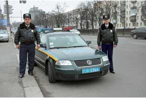 На капоте патрульных авто спецотряда вместо надписи «Державтоінспекція»– «МВС», нет обозначений «ДАІ» на багажнике и герба Украины на передних дверях– только желто-голубые полосы на бортах.