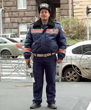 У бойцов спецотряда – черные кожаные куртки, белые рубашки, на нагрудном жетоне буквы, обозначающие не регион, а сам спецотряд – «СЗ» (спеціальний загін), на шевроне – надпись «Спеціальний загін дорожньо-патрульної служби МВС особливого призначення».