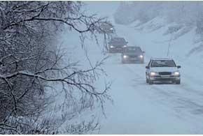 Хмурыми зимними днями, даже при отсутствии явно выраженного тумана, стоит ездить с включенным ближним светом.