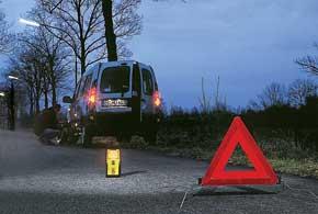 При поломке на дороге красный треугольник лучше дополнить ярким фонарем и включенной аварийной сигнализацией.