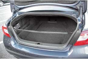 У дизельных версий Infiniti M аккумулятор перенесли в багажник. Объем отделения – 500 литров.