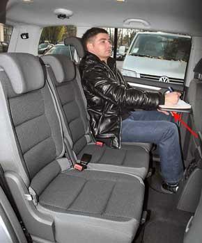 Начиная с версии Comfortline, на спинках передних сидений предусмотрены откидные столики.
