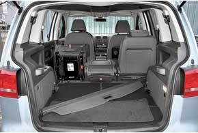 Объем багажника доходит до 1989 л при сложенных сиденьях второго и третьего рядов. Если еще сложить спинку переднего кресла, то это позволит перевозить грузы длиной до 2600 мм.