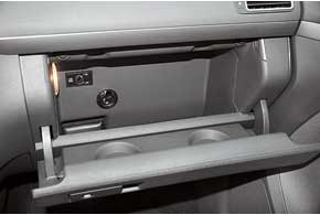 В перчаточном ящике расположен замок отключения пассажирской подушки безопасности и выход канала подачи холодного воздуха. Эта опция пригодится летом– можно остудить напитки.