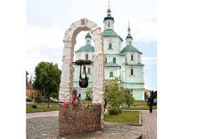 Символ и оберег города – сумка – увековечена памятником.