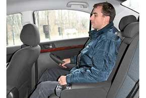Запас места для ног задних пассажиров впечатляет – друг за другом смогут удобно сесть даже высокие люди. Места по ширине хватает для троих.