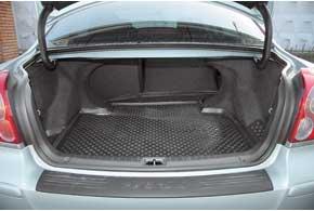 «Походный» размер багажника Avensis средний по сравнению с конкурентами – 500 л против 460 л у Accord и 565 л у Passat. Для его увеличения задние сиденья можно сложить, для перевозки длинномеров есть лючок.