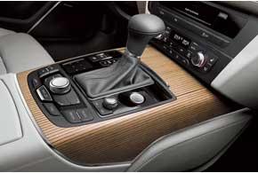 Автомобиль оснащается 6-ступенчатой «механикой», вариатором Multitronic или 7-ступенчатой КП S-tronic с двумя сцеплениями.