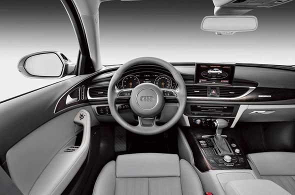 От А7 унаследованы ориентированная на водителя центральная консоль и торпедо, плавно переходящее в панель двери.