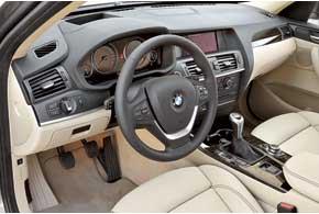Передняя панель из дорогих мягких материалов не уступает по качеству модели 7-й серии и имеет индивидуальный дизайн. Торпедо выдается в салон, подавая водителю удобные и ставшие привычными на BMW блоки переключателей.