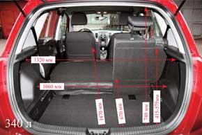 С лотком в подполье багажник со сложенными сиденьями образует ровный пол.  Без него видна ступенька.