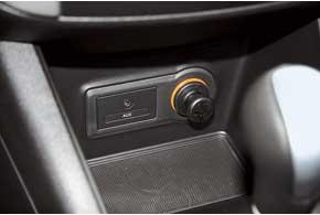 Разъем AUX длямедиа-плейера здесь штатный, авот разъем для флешки доступен в комплектации top.