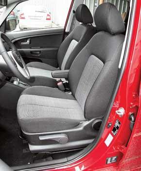 Сиденья под стать нраву автомобиля, со слабой боковой поддержкой. Затоесть регулировка высоты.