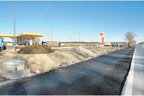 Перед с. Небелыця (Житомирская обл.) во время нашего путешествия заканчивались работы по открытию АЗС Shell.