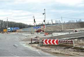 Первая масштабная реконструкция дороги встретилась нам перед Житомиром. Там делают сложную многоуровневую эстакаду. Уже частично возведены мосты, размечены будущие развязки.