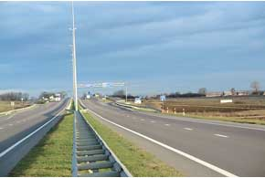 Между Житомиром и Ривне – настоящая европейская дорога – двухполосная, с качественным покрытием, металлическими отбойниками и дорожными знаками над полосами на украинском и английском языках.