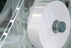 Существенная разница в характеристиках АКБ обусловлена технологией производства пластин токоотводов: литьем или перфорацией (экспандированием) после прокатки.