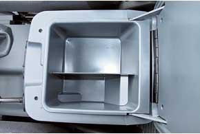 Небольшие бардачки дополнены вместительным боксом между сиденьями, полкой под торпедо идверными карманами.