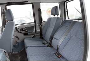 Сзади удобно, угол наклона спинки меняется, но размещение верхней точки крепления ремня безопасности на уровне головы– явно конструкторский промах. Когда машину качает, есть риск удариться о него.