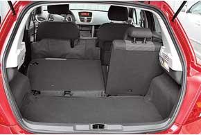 Багажник в 270 л не рекордсмен в классе, но вместителен. Сложенные сиденья образуют ступеньку, да и пол неровный.